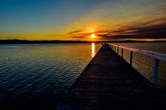 Smokey Sunset längs hamnplatsen royaltyfri bild