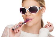 Smokin för ung kvinna eklektisk cigarett Royaltyfria Bilder