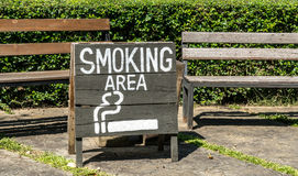 Smoking area sign on wood board Royalty Free Stock Photography