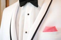 Smoking blanco con la corbata de lazo Fotografía de archivo