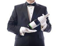Smoking som presenterar champagne royaltyfri foto