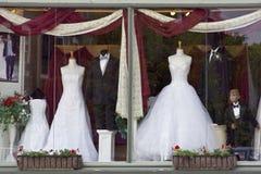 Smoking und Hochzeits-Kleid Stockbilder