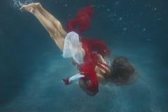 smokingowa czerwona podwodna kobieta Zdjęcia Royalty Free