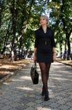 smokingowego dziewczyny parka skrótu miastowy odprowadzenie Zdjęcia Royalty Free