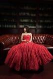 smokingowego wieczór czerwona siedząca kanapy kobieta Zdjęcie Royalty Free