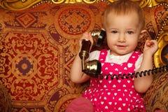 smokingowej dziewczyny małej telefonu czerwieni target583_0_ rocznik Obrazy Royalty Free
