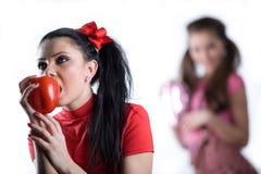 smokingowej dziewczyny torebki ładna czerwień zdjęcia royalty free