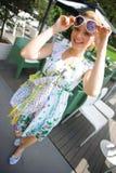 smokingowej dziewczyny uśmiechnięty lato Zdjęcia Royalty Free