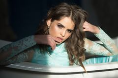 smokingowej mody złoty model plciowy moda model z kędzierzawym włosy pragnący zdjęcie royalty free