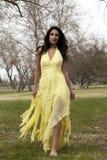 smokingowi wschodniego hindusa nastoletni kobiety kolor żółty potomstwa obraz royalty free