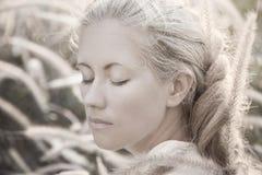 smokingowy dziewczyny smokingowy biel Zdjęcie Stock
