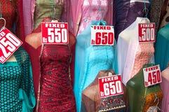 smokingowy hindusa rynku sprzedaży sari Zdjęcia Royalty Free