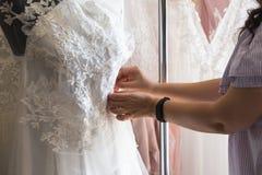 Smokingowy projektant robi koronkowym ślubnym sukniom Zdjęcia Royalty Free