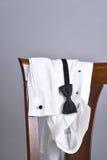 Smokings-Hemd-Fliegen-Stuhl Lizenzfreies Stockbild