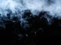 Smokke mit einem schwarzen Hintergrund Stockfoto