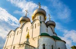 Smolensk domkyrka av den Novodevichy kloster, en UNESCOplats i Mosc royaltyfria bilder