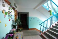 Smolensk, Rússia - 11 de julho de 2014, residentes decorados do russo da entrada de uma casa de apartamento Fotografia de Stock