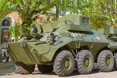 SMOLENSK ROSJA, MAJ, - 03, 2018: Militarny wyposażenie przed Zdjęcia Stock