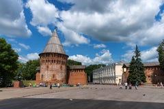 Smolensk, Rusland - Juni 11, 2018: Oktyabrskayastraat, de toren van donder van de vestingsmuur en het beleid van CIT Stock Fotografie