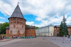 Smolensk, Rusland - Juni 11, 2018: Oktyabrskayastraat, de toren van donder van de vestingsmuur en het beleid van CIT Royalty-vrije Stock Foto's