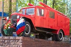 SMOLENSK, RUSSIA - 1° MAGGIO 2018: Un monumento ad un vecchio camion dei vigili del fuoco Immagini Stock Libere da Diritti