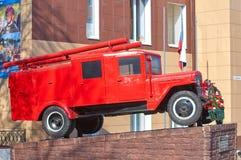 SMOLENSK, RUSSIA - 1° MAGGIO 2018: Un monumento ad un vecchio camion dei vigili del fuoco Fotografia Stock