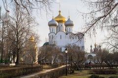 Smolensky大教堂和普罗霍罗夫教堂在Novodevichy女修道院,莫斯科 图库摄影