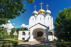 Smolensky domkyrka i den Novodevichy kloster i Moskva Royaltyfria Bilder