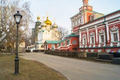 Smolenskykathedraal en fragment van Veronderstellingskerk in Novodevichy-Klooster, Moskou royalty-vrije stock afbeelding