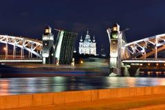 Smolniy domkyrka och rörlig bro i St Petersburg Arkivfoton