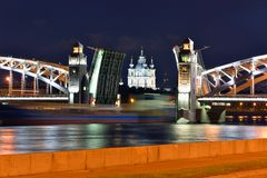 Smolniykathedraal en beweegbare brug in St. Petersburg Stock Foto's