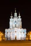 Smolny-Kathedrale belichtet St Petersburg Lizenzfreie Stockbilder