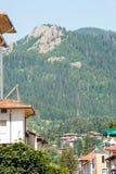 Smolyan Bulgaria: scogliere sopra la città Fotografia Stock