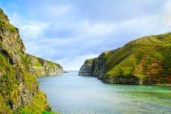 Smoo洞在Durness的海湾横向 苏格兰,英国的高地 免版税库存图片
