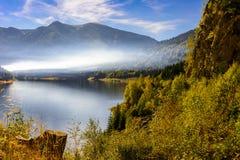 Smooke au-dessus du lac photos stock