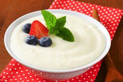 Smooth semolina porridge with fresh fruit Stock Photography