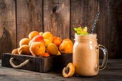 Smoothie абрикоса в выпивая опарнике Стоковое фото RF