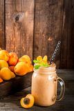 Smoothie абрикоса в опарнике каменщика Стоковая Фотография RF