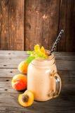 Smoothie абрикоса в опарнике каменщика Стоковое Изображение