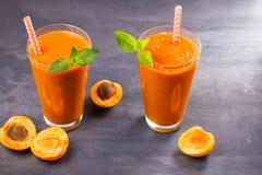 Smoothie абрикоса на серой предпосылке Стоковая Фотография