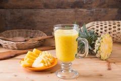 smoothie ананаса на деревянной предпосылке Стоковое фото RF