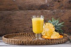 smoothie ананаса на деревянной предпосылке Стоковая Фотография RF