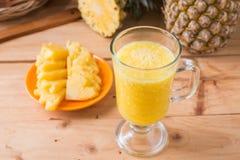 smoothie ананаса на деревянной предпосылке Стоковая Фотография