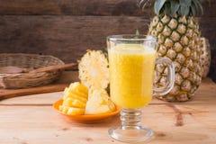 smoothie ананаса на деревянной предпосылке Стоковые Фотографии RF