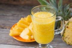 smoothie ананаса на деревянной предпосылке Стоковое Фото
