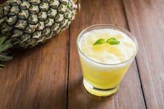Smoothie ананаса на деревянной предпосылке Стоковое Изображение RF
