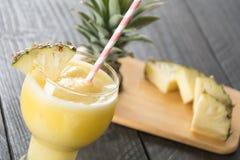 Smoothie ананаса на древесине Стоковое Изображение RF