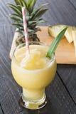 Smoothie ананаса на древесине Стоковые Изображения