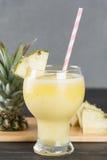 Smoothie ананаса на древесине Стоковые Изображения RF