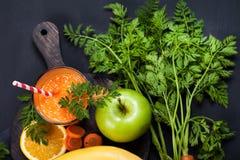Smoothie апельсина моркови здоровое lifestile принципиальная схема надевает забывает гловальный греть зеленого цвета t Стоковое Фото